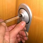 Imagen de una apertura de puerta usando ganzúas.