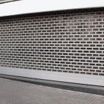 Imagen de una persiana enrollables perforada, para permitir la visión de un escaparate.