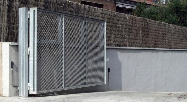 golpe por mal funcionamiento de la puerta del garaje comunitario